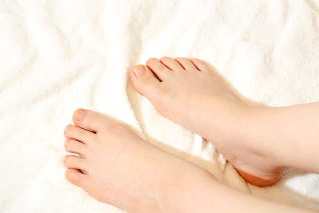 女性の足の爪